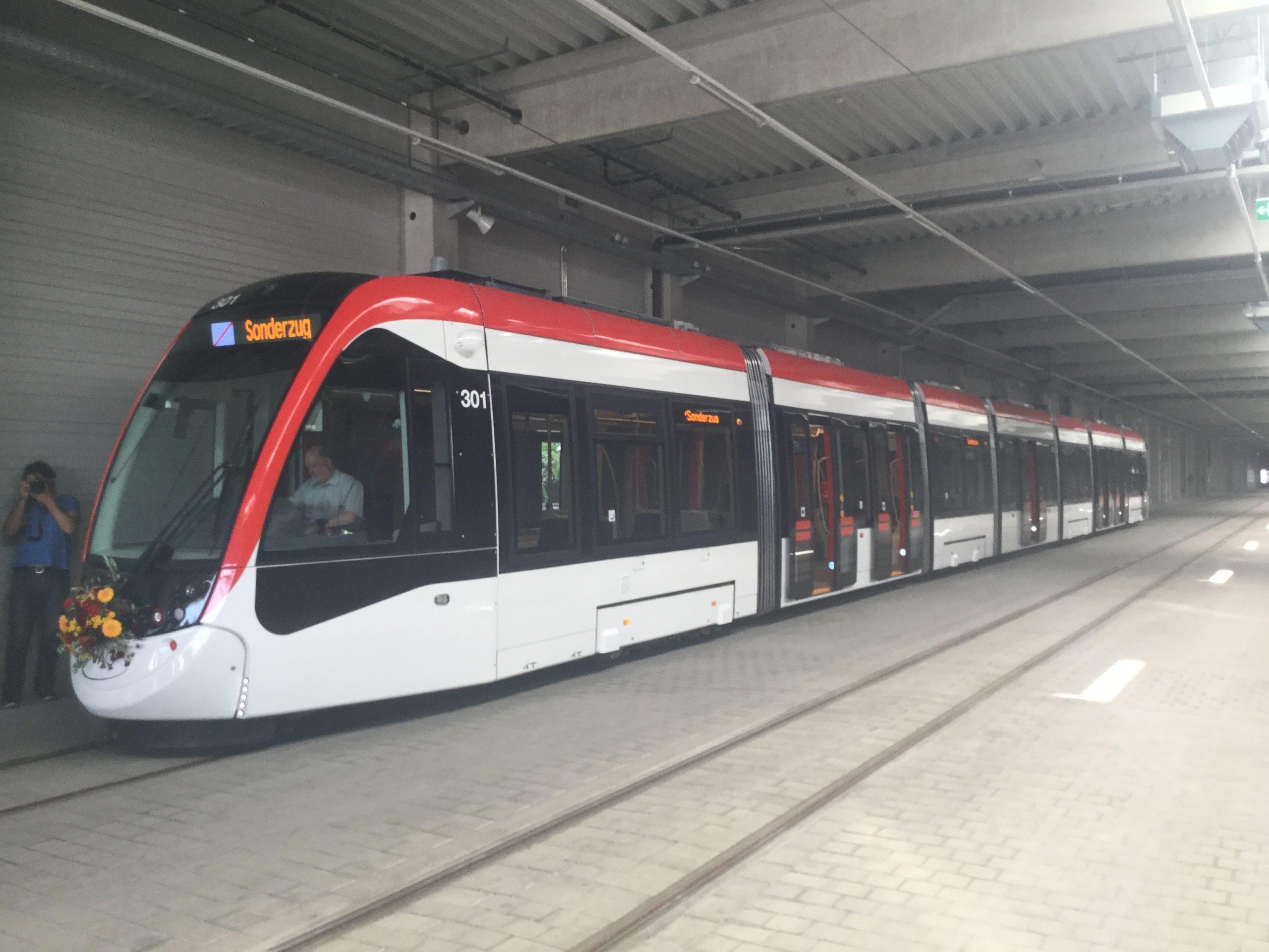 Eine Straßenbahn mit der Aufschrift Sonderzug